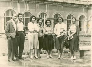 Mimarlık öğrencileri, Taşkışla 1958. Soldan sağa : Atilla Erbuğ, Doğan Hasol, Güngör Nalçacı (Aydoslu), Yaprak Ataman (Karlıdağ), Yıldız Sey, Hayzuran Yunt (Hasol), Oya Oktav (Bekiroğlu).