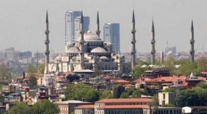 Sultanahmet Camisi ve Zeytinburnu gökdelenleri. Yetkililer, İstanbul'un efsanevi siluetini bozduğunu, ancak yapılar bitince fark edebildiler.