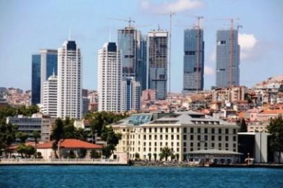 Boğaz'ın başlangıcında denizden Beşiktaş'a bakış. Plansızlık ve plan değişiklikleri sonucunda ölçek ve siluet kaybı.