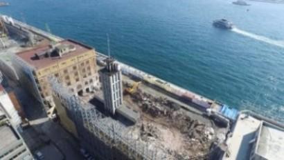 Galataport projesi uygulamasında denize kazık çakılırken bir gece ansızın yıkılıveren tescilli Karaköy Yolcu Salonu'nun kalıntıları.